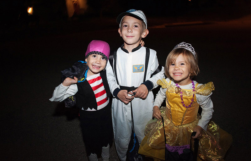 kids at Halloween trick or treating hayride