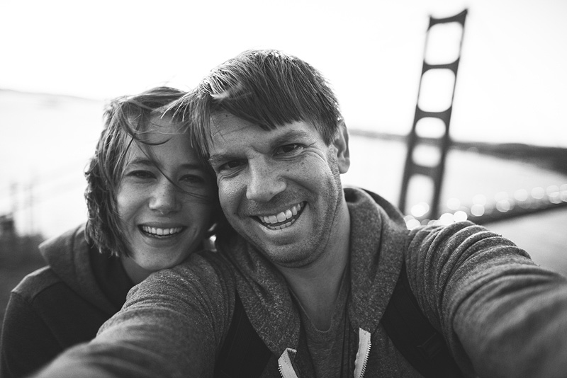 Smiling couple at the Golden Gate Bridge in San Francisco.