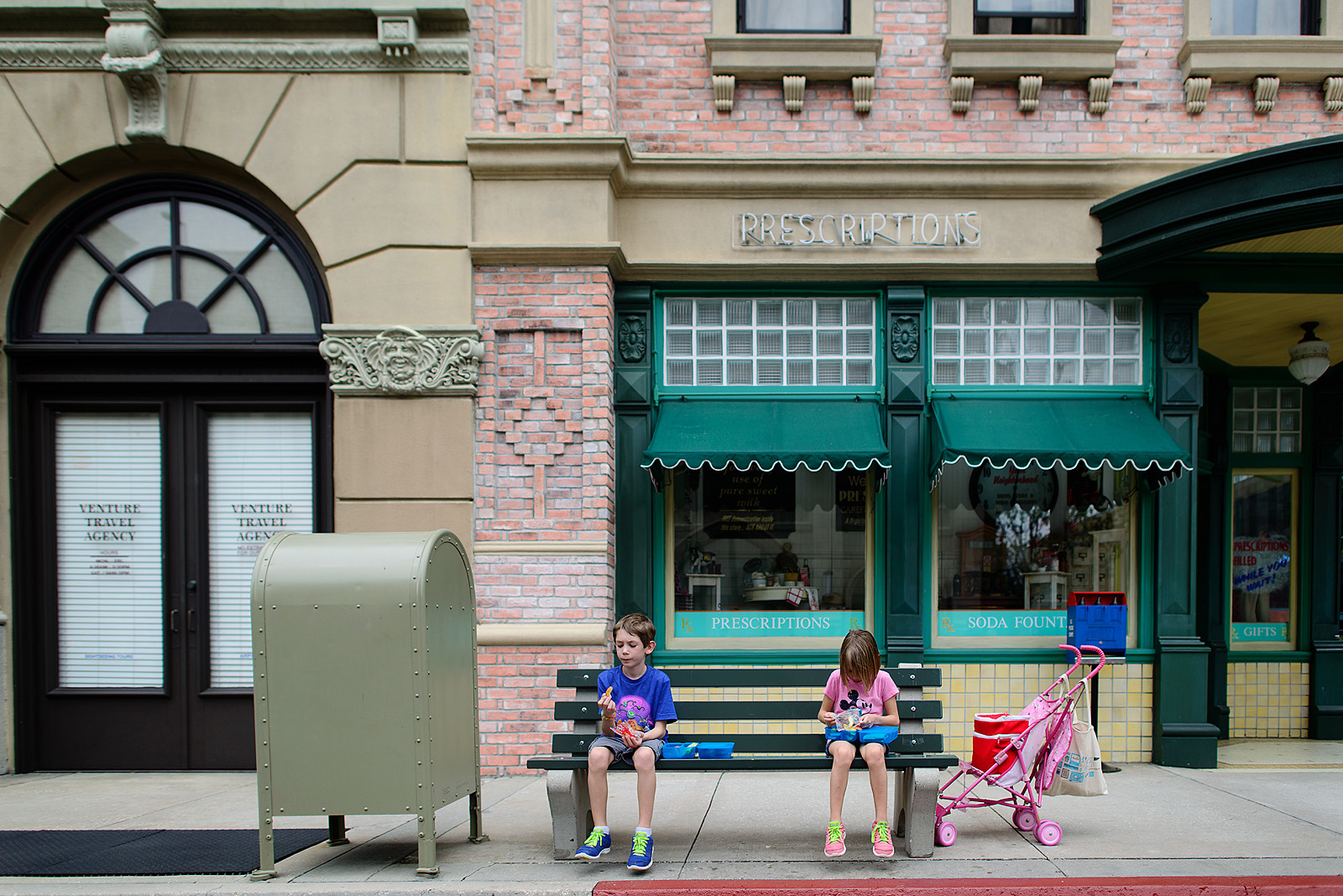 kids eating lunch on main street usa at hollywood studios